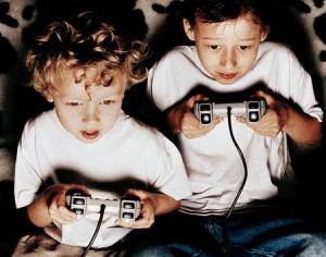 Bambini che giocano con la Play Station