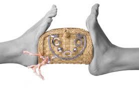 Nella foto: clutch in paglia e corallo del brand futuroRemoto gioielli