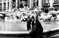 """Anita Ekberg e Marcello Mastroianni in """"La Dolce Vita"""" sullo sfondo della celebre Fontana di Trevi"""
