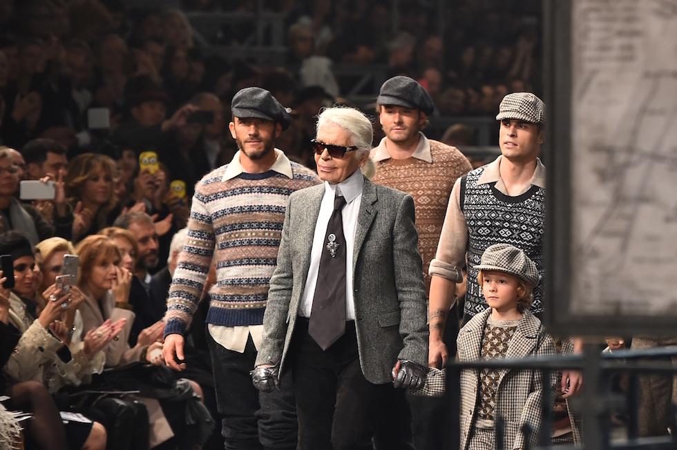 Karl Lagerfeld alla fine della sfilata di Chanel a Roma, per la collezione Métiers d'art 2016