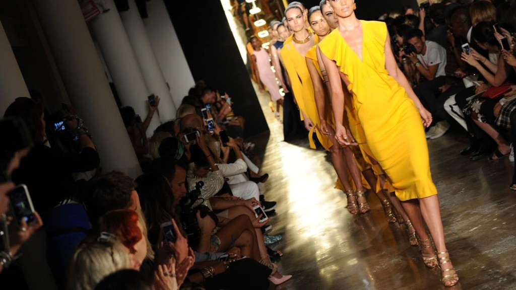 Smartphone in passerella alla New York Fashion Week (Photo: Albert Urso/Getty Images)