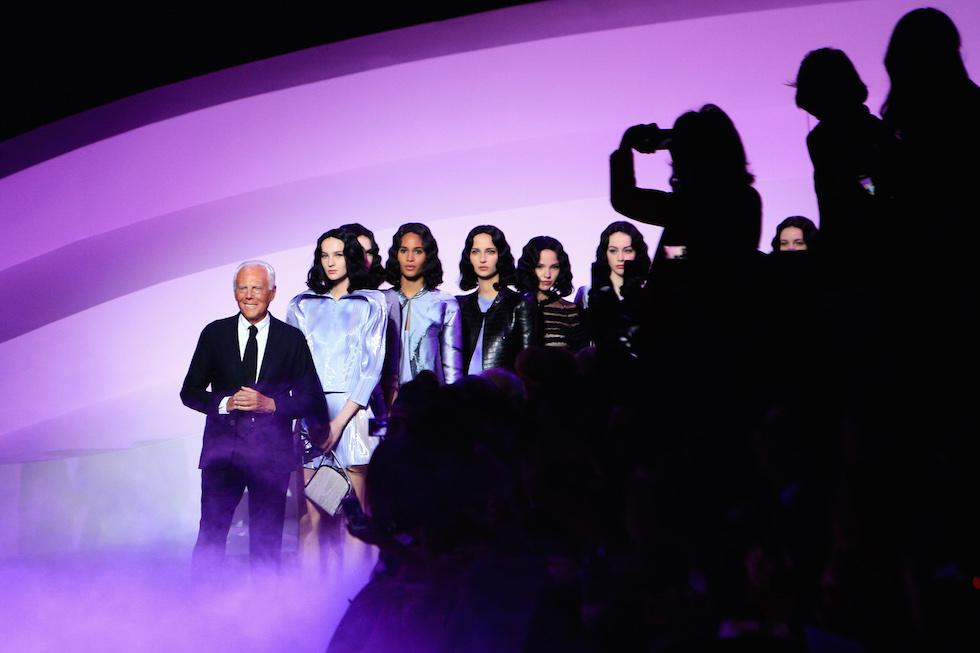 Giorgio Armani applaudito dopo la sua sfilata haute couture, Parigi, 26 gennaio 2016.  (AP Photo/Thibault Camus)