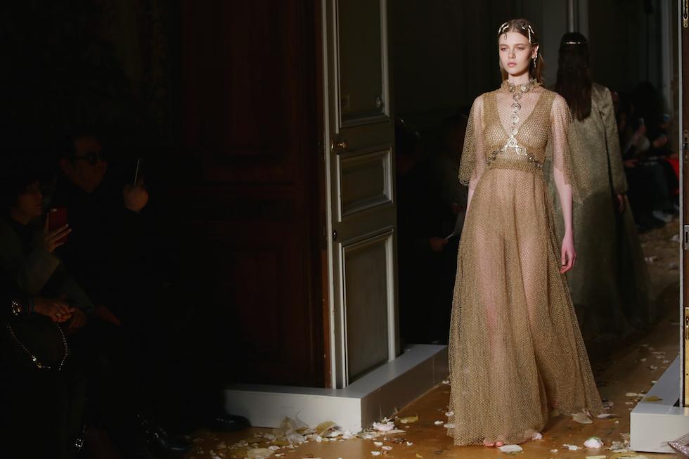 Una modella sfila per Valentino, Parigi, 27 gennaio 2016.  (Vittorio Zunino Celotto/Getty Images)