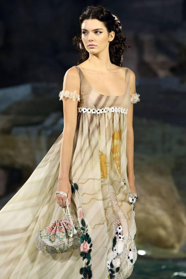 timeless design efe4a e781b Novant'anni di moda. Fendi sfila sull'acqua di Fontana di ...