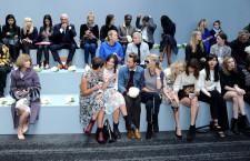 Da sx, Anna Wintour (direttore di Vogue America) e un gruppo di influencer, blogger e socialite.