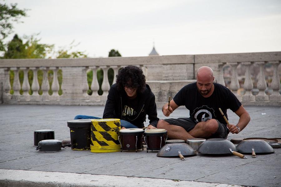 Il maestro Giovanni Allevi con un artista di strada_credits Courtesy of Press Office